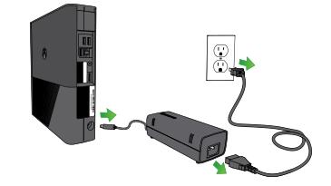 Kuva, jossa virtajohto on irrotettu Xbox 360 E -konsolin takaosasta, virtalähde on irrotettu pistorasiasta ja lyhyt johto on irrotettu virtalähteestä.